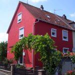 Saniertes Haus mit Rotem Außenputz