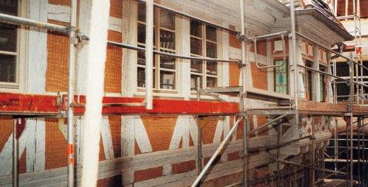 Fassade eines Fachwerkhauses während Sanierung